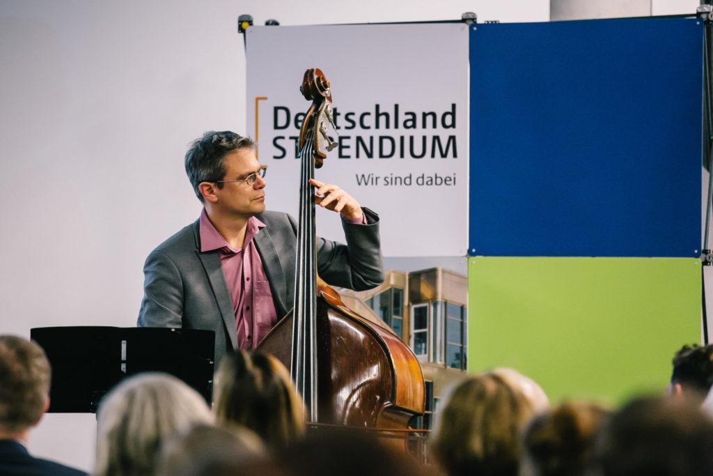 Kontrabass bei einer Preisverleihung in Berlin